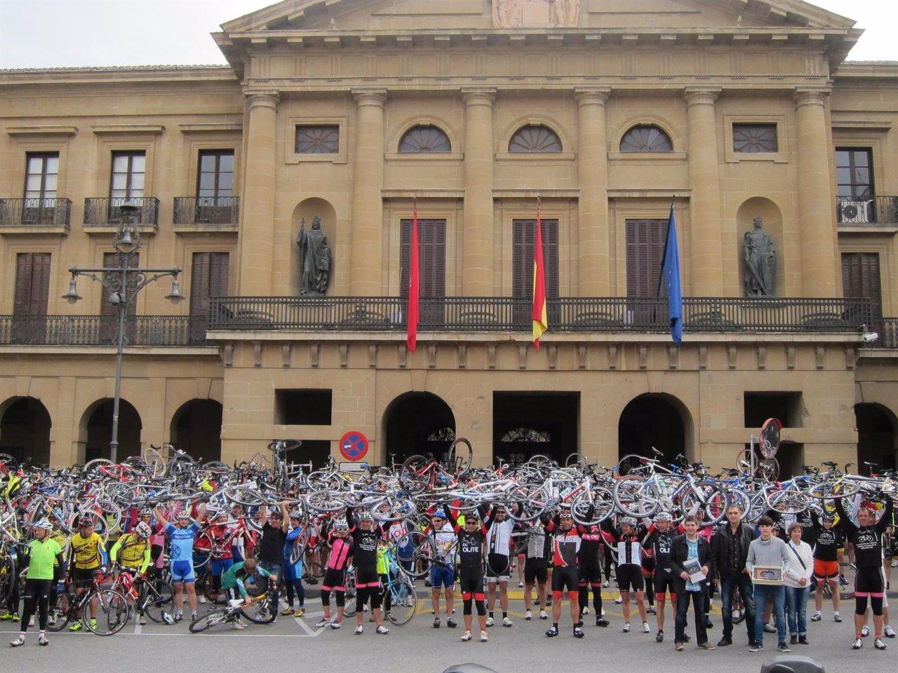 Participantes de la segunda marcha 'Bicicleta Blanca' ante el Palacio de Navarra