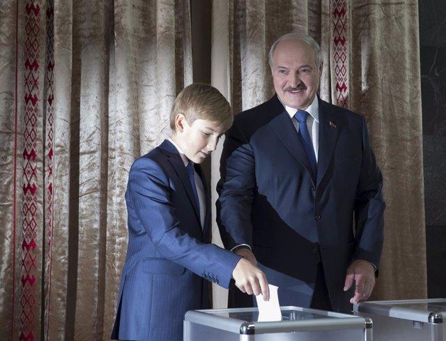El presidente de Bielorrusia, Lukashenko, votando junto a su hijo, Nicolai