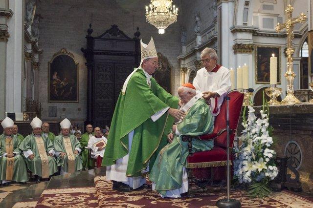El cardenal Cañizares recibe por parte del Nuncio el  Palio Arzobispal