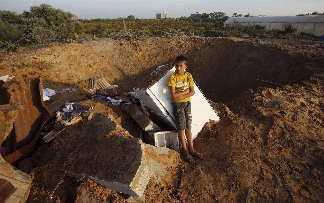 Cráter dejado por el bombardeo israelí sobre una casa en Gaza