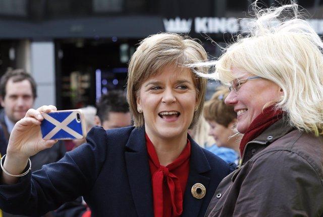 La ministra principal de Escocia, Nicola Sturgeon, hacíendose un 'selfie'
