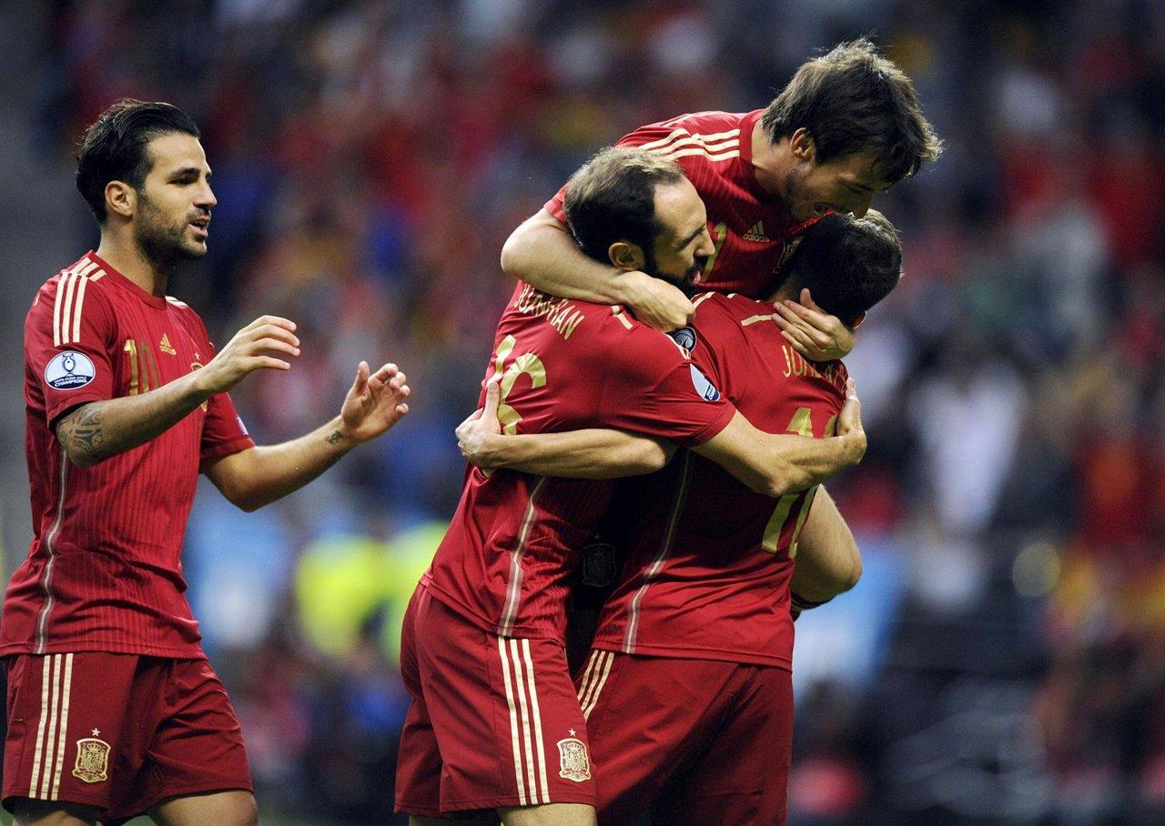 Silva, Cesc, Juanfran y Jordi Alba celebran un gol con la selección española