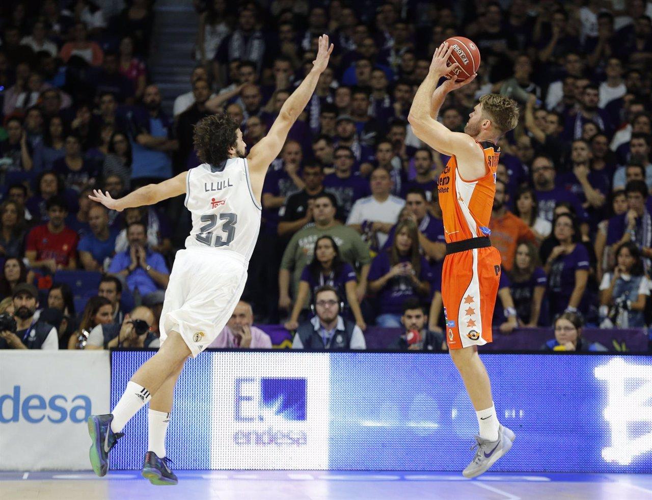 Llull intenta taponar un tiro del Valencia Basket