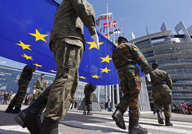 Militares con la bandera de la UE