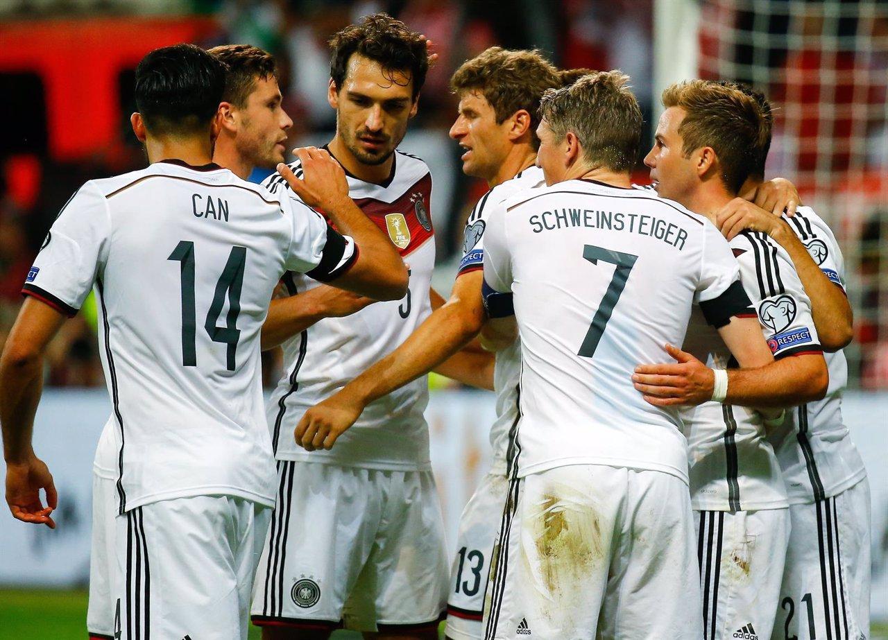 Muller celebra con Goetze y Schweinsteiger un gol alemán