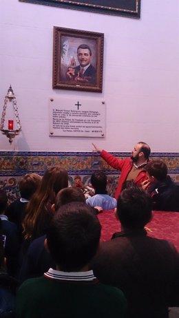 Escolares visitan el baptisterio donde reposan los restos de Manuel Siurot.