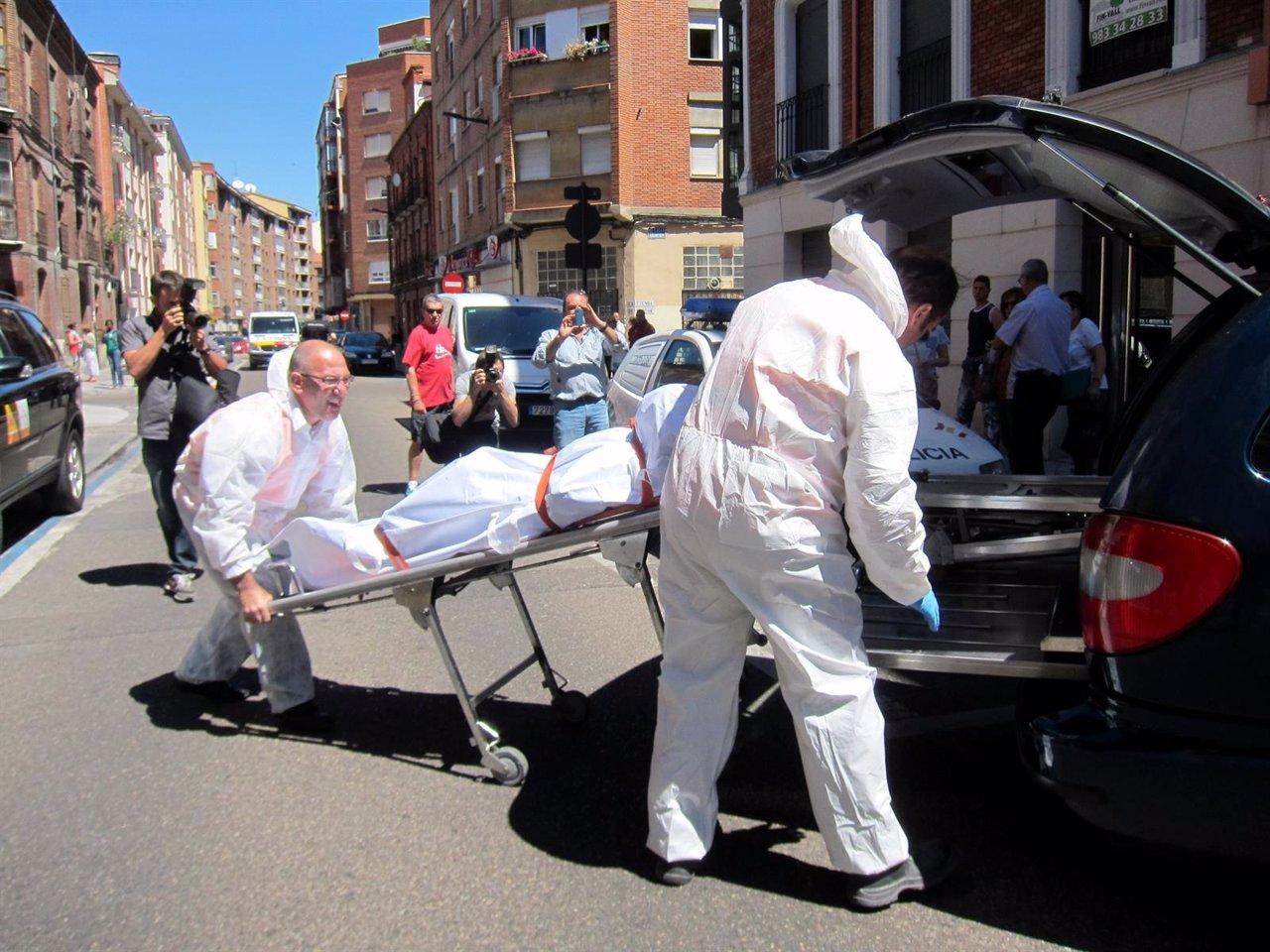 Momento del levantamiento del cadáver del exferretero en la calle San Luis.