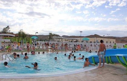 Crean un desinfectante de piscinas que reduce las molestias que producen estos productos