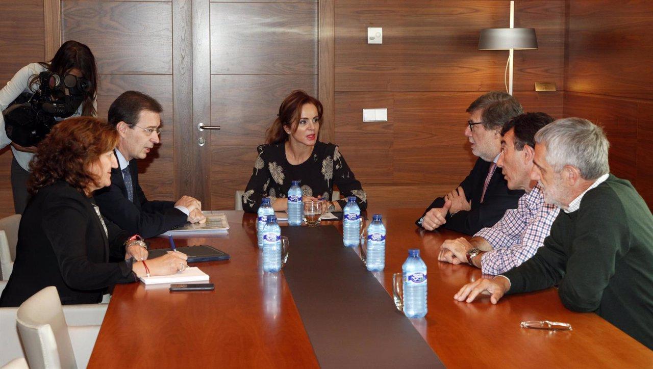Silvia Clemente en la reunion con la  mesa de gobierno del CES