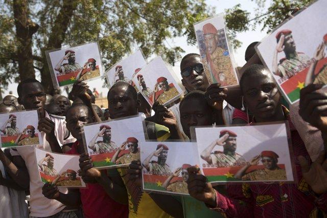 Un grupo de gente muestra imágenes del expreside de Burkina Faso Thomas Sankara