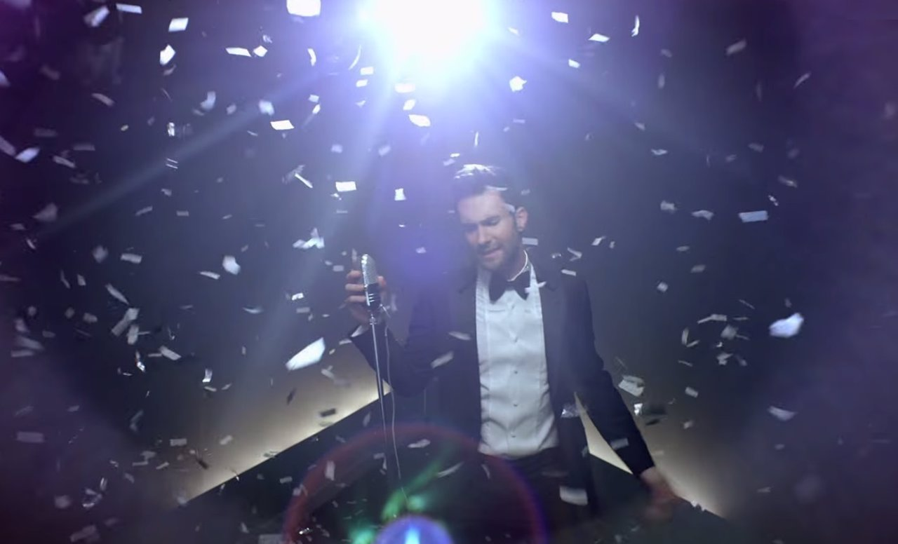 Adam Levine (Maroon 5) irrumpe en varias bodas en el video de Sugar