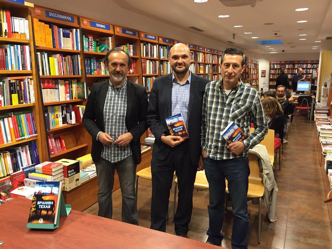 El autor (centro), junto a Castán (derecha) y Javier Blanco (izda).