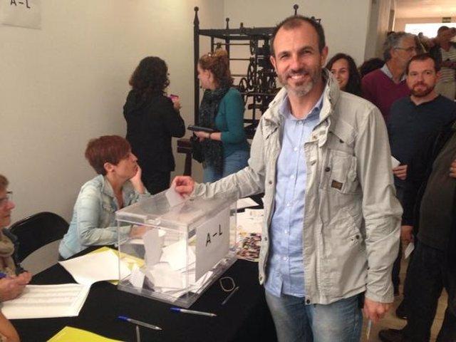 Biel Barceló en la votación para presentarse con Podem al 20D