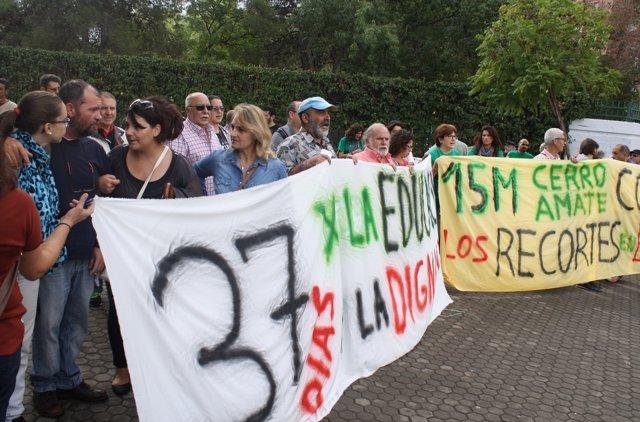 Manifestación en Sevilla en apoyo a un padre en huelga de hambre