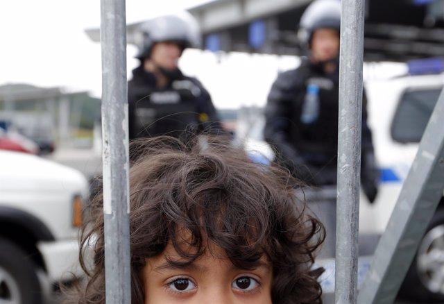 Una niña refugiada en la frontera entre Croacia y Eslovenia