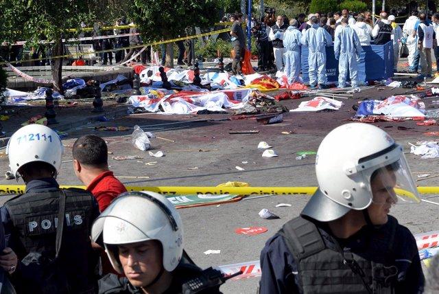 Expertos examinan la escena del doble atentado en Ankara