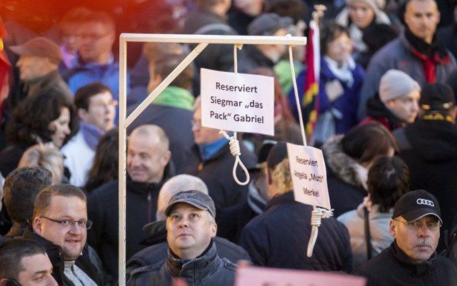 Manifestantes en una protesta contra refugiados, organizada por PEGIDA
