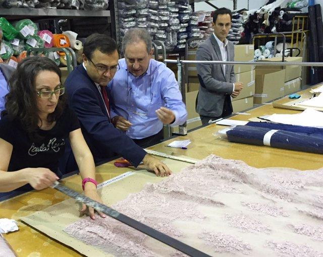 Miguel Angel Heredia PSOE visita empresa J. Arggido en Málaga exportadora moda p