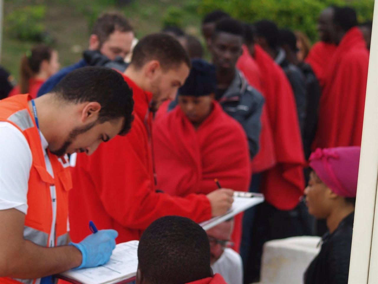 Cruz Roja atiende a los inmigrantes llegados a Ceuta