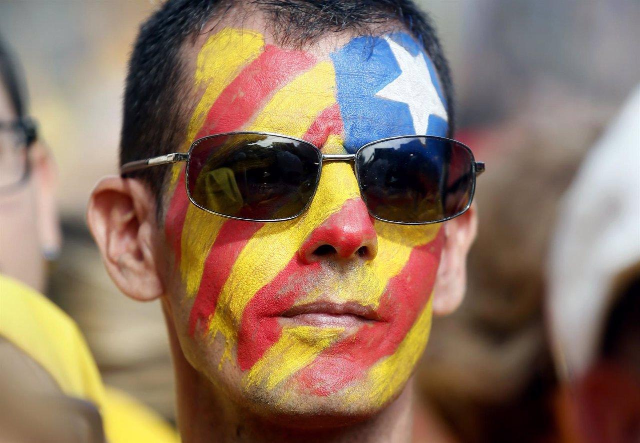 Aficionado con la bandera estelada pintada en la cara