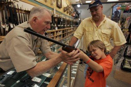 Aumenta el número de estadounidenses a favor de endurecer el control de armas