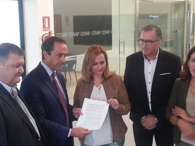 Serrano (centro), junto al presidente de Covap