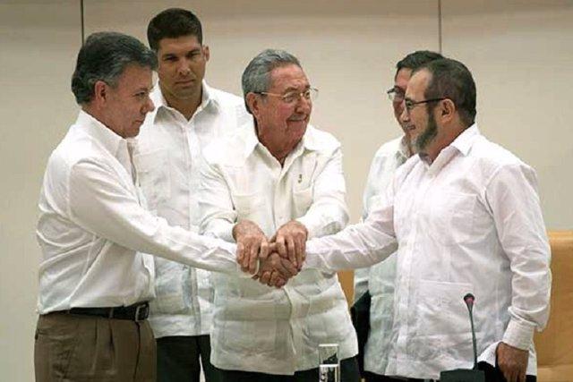 Santos y las FARC sellan un histórico acuerdo de paz