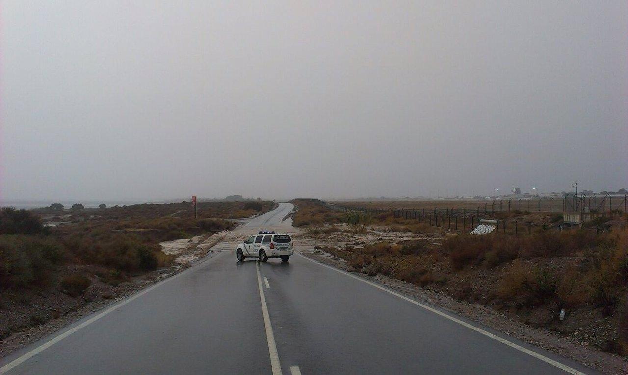 Carretera cortada en la capital por salida de la rambla junto al aeropuerto