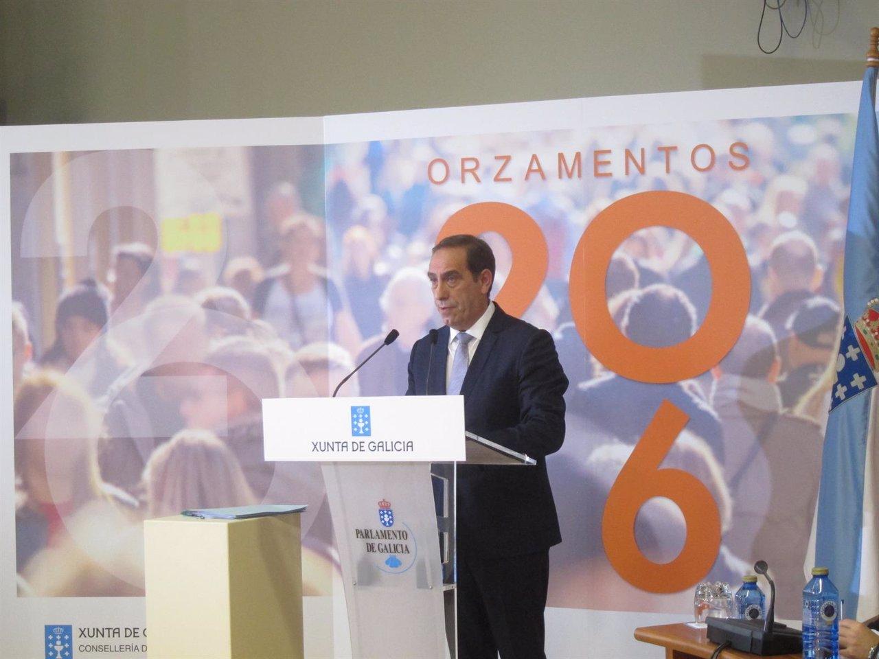 El conselleiro Valeriano Martínez en el Parlamento.