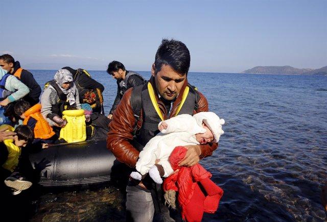 Un refugiado afgano llega a la isla griega de Lesbos