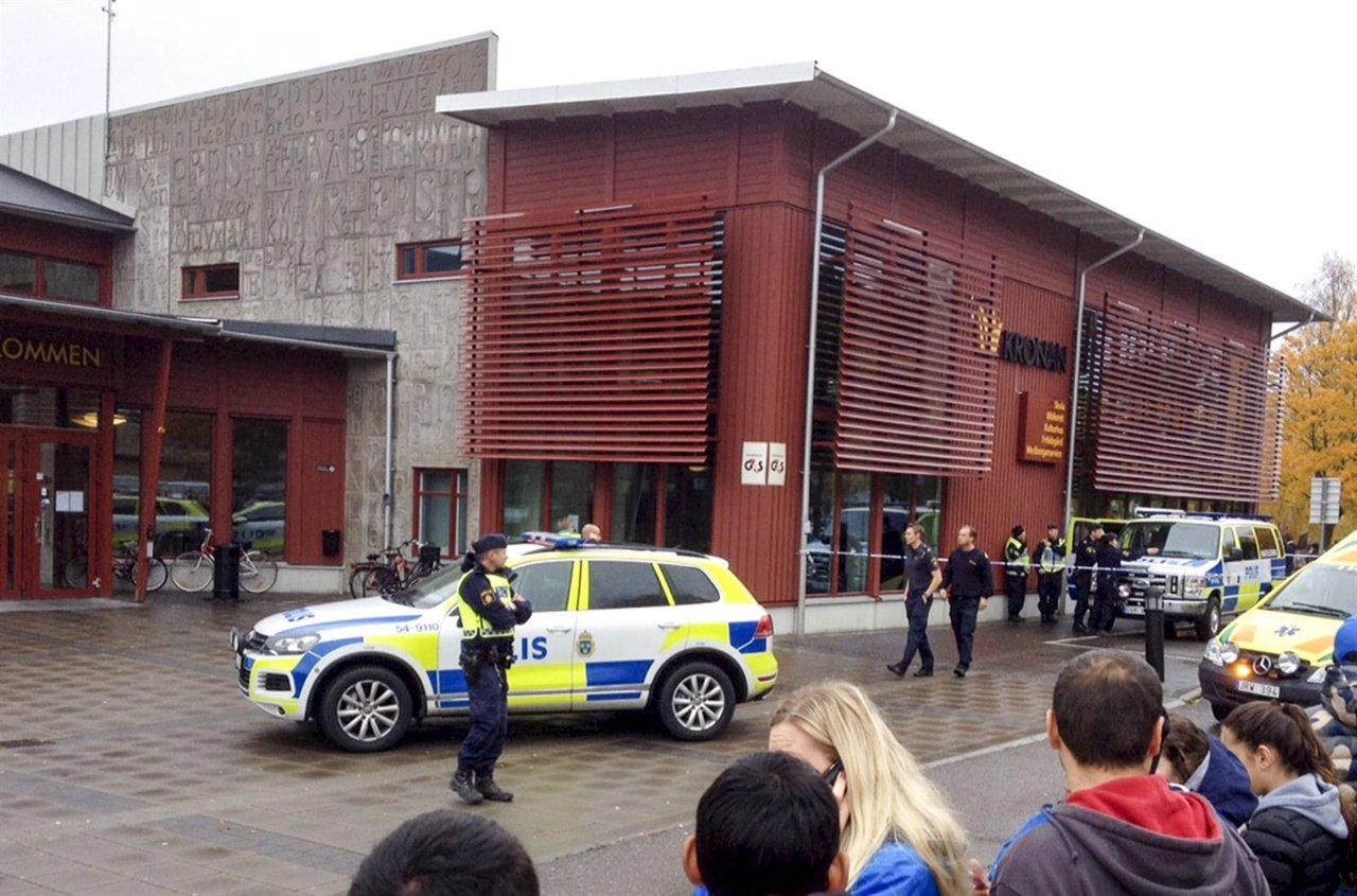 Un hombre irrumpe armado con una espada en una escuela de Suecia