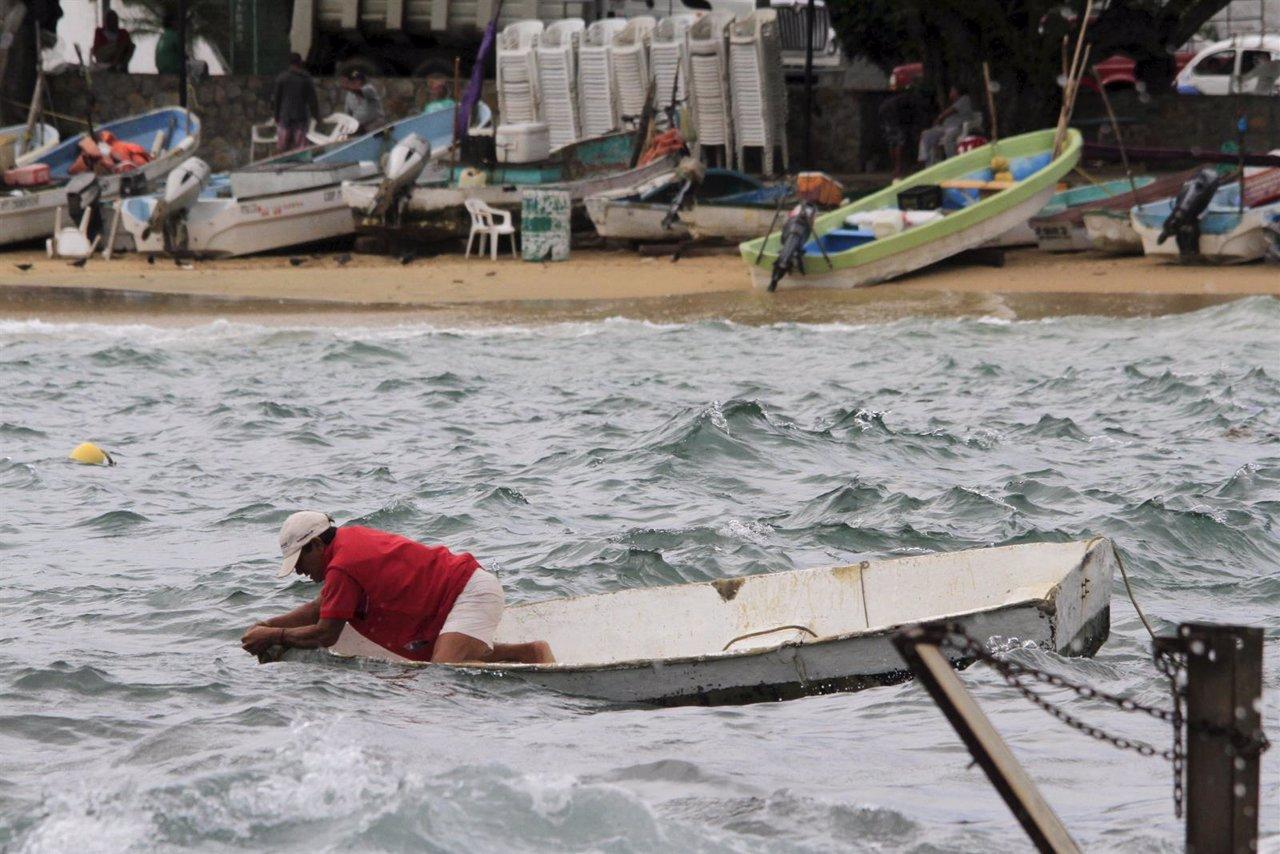 Un pescador de Acapulco se prepara para la llegada del huracán 'Patricia'