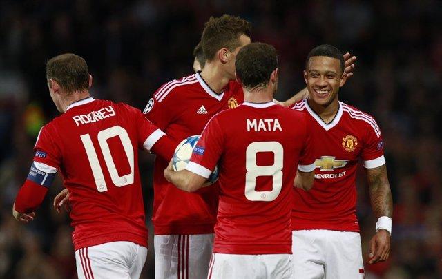 Memphis Depay, Rooney y Mata, con el Manchester United