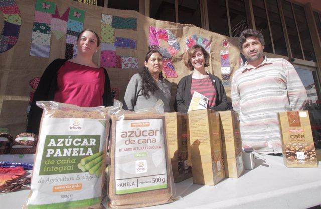 Del Castillo (dcha.) en una acción de apoyo al comercio justo