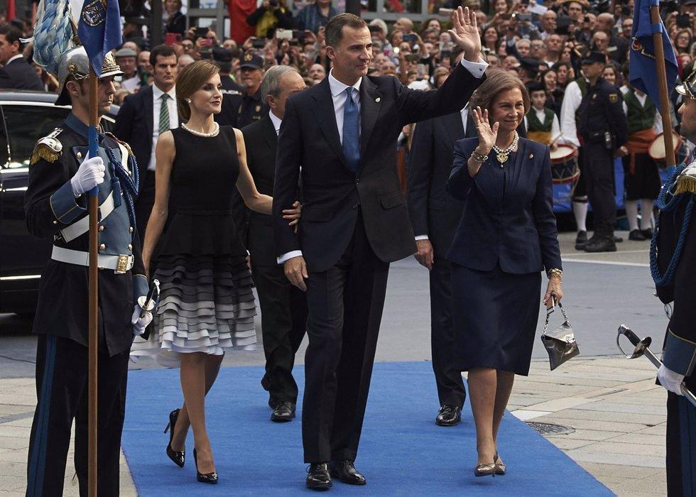 El Rey Felipe con sus Reinas, Letizia y Sofia en los Premios Princesa Asturias