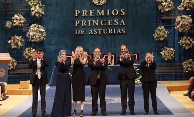 Los representantes de Wikipedia, tras recibir el galardón