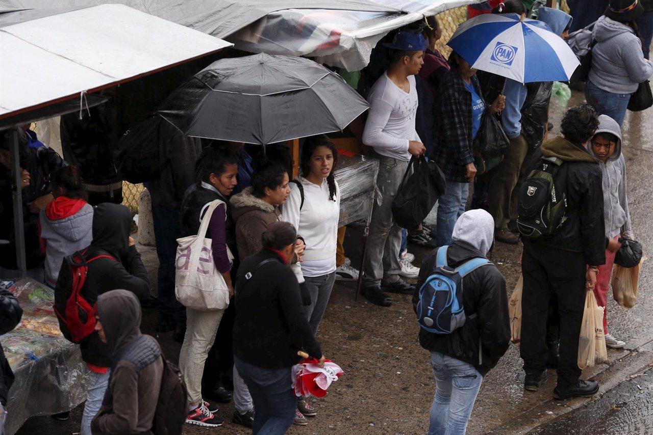Mexicanos en un refugio de Guadalajara por el huracán 'Patricia'