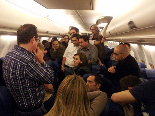 Sáenz de Santamaría charla con los periodistas en el avión a Afganistán