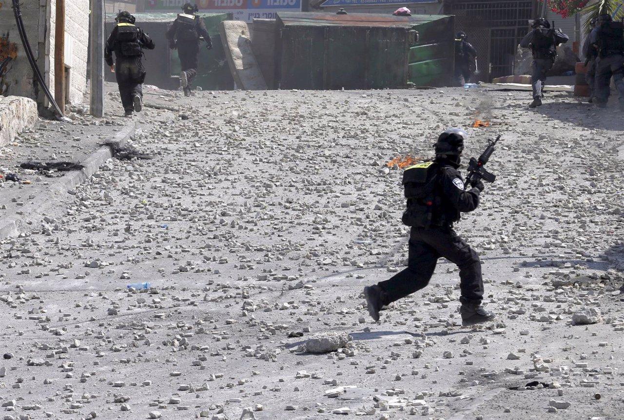 Un militar israelí durante los disturbios con palestinos