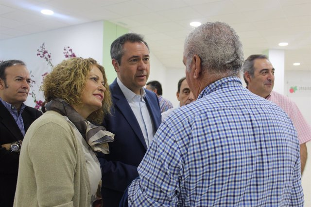 Visita del alcalde de Sevilla al centro social de Jardines del Edén