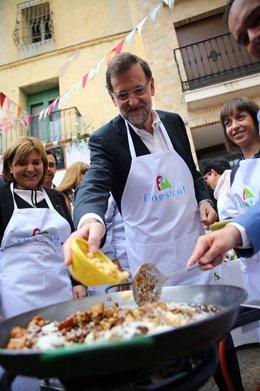 Mariano Rajoy cocina una paella junto a Isabel Bonig