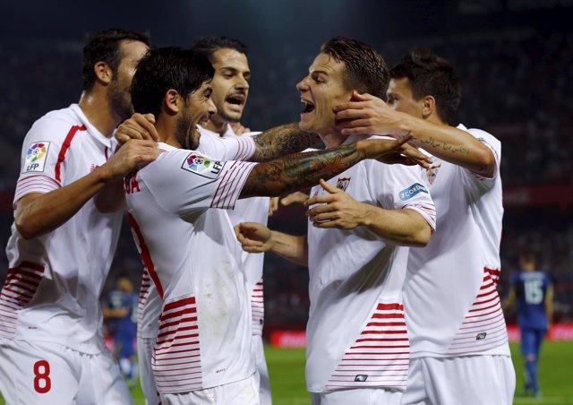 El Sevilla golea al Getafe y el Málaga respira ante un flojo Deportivo