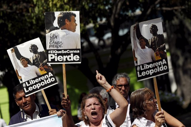 Supporters of jailed opposition leader Leopoldo Lopez shout as they hold placard