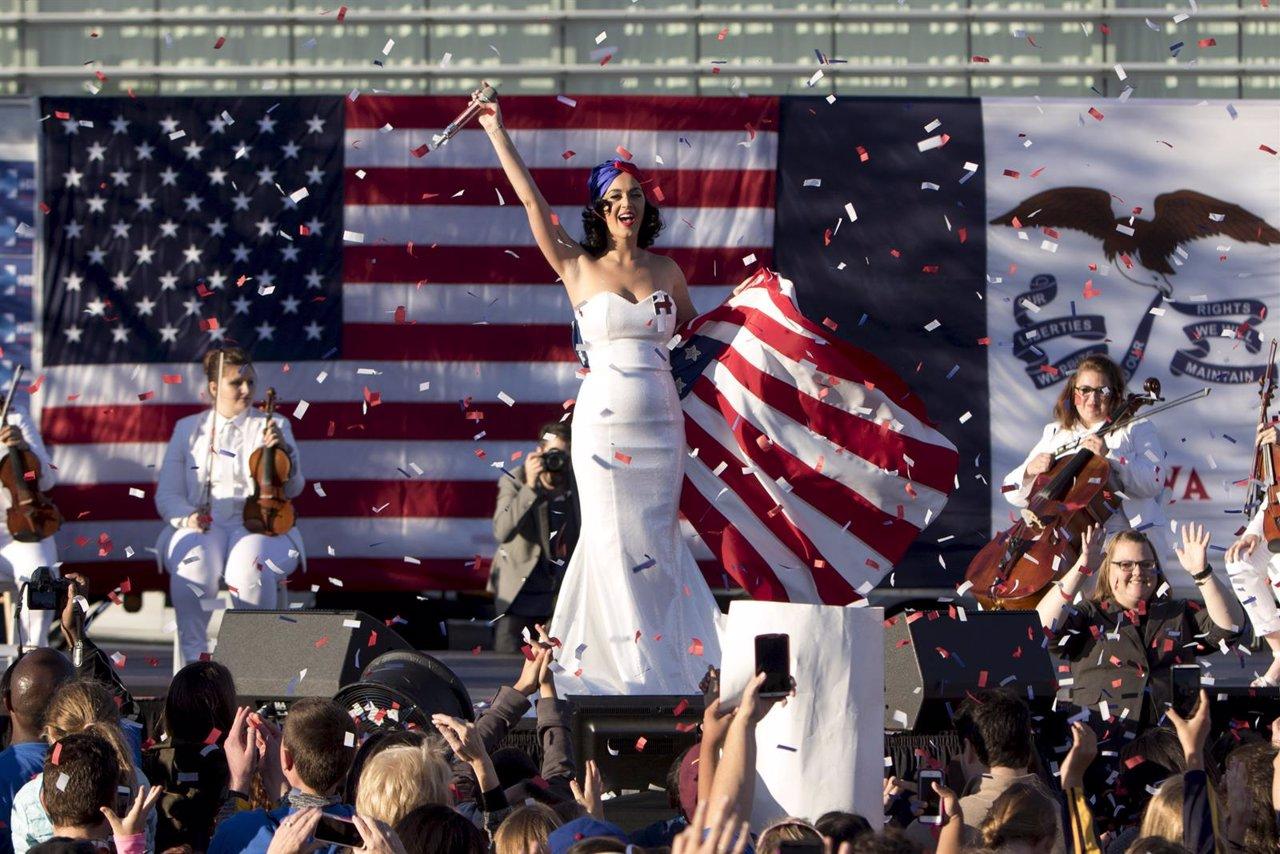Katy Perry en acto de campaña de Hillary Clinton