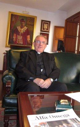 El deán presidente del Cabildo, Manuel Pérez Moya, en su despacho