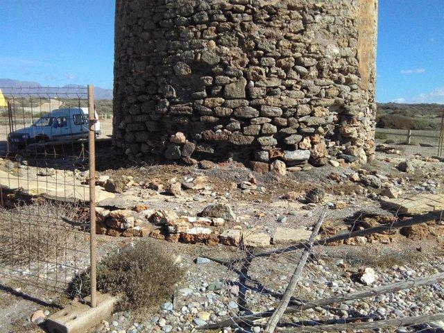 Estado del Torreón de Torregarcía con balsas al fondo