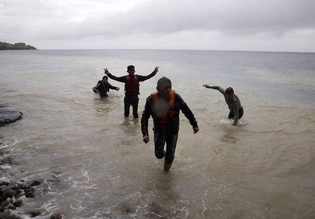 Refugiados afganos llegan a la isla de Lesbos