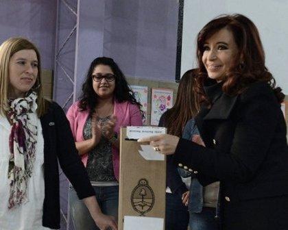 """Cristina Fernández vota con la """"promesa cumplida"""" en memoria de su esposo"""