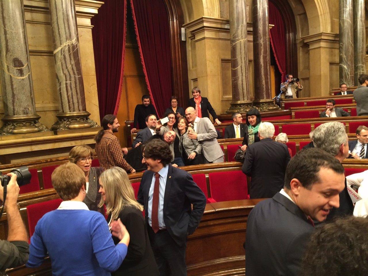 Diputados de Junts pel sí se hacen un 'selfie' en el Parlamen