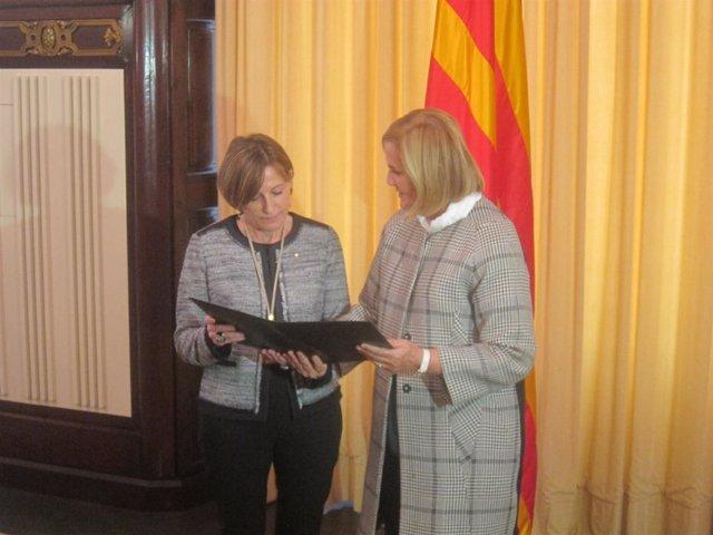 La pta.Del Parlament Carme Forcadell con su antecesora Núria de Gispert